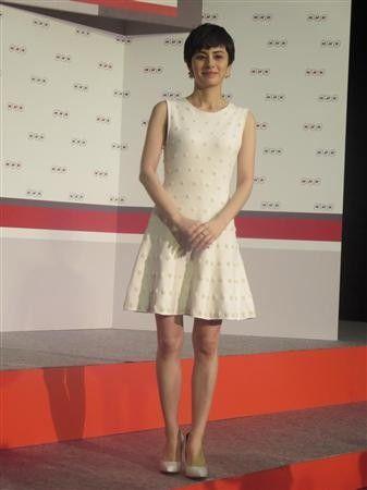白いミニドレスを着たホラン千秋