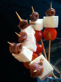Receta de Canapés para fiestas: Canastita de salmorejo y Pincho de anchoa, queso fresco y tomate cherry