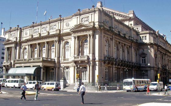Entrada principal del Teatro Colón desde Plaza Lavalle