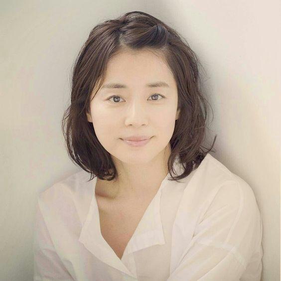 前髪を上げた薄いメイクの石田ゆり子の画像