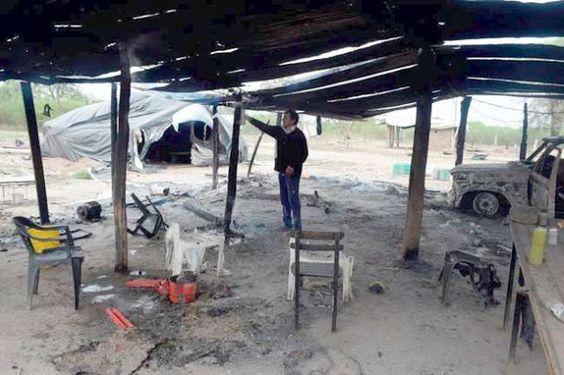 #NOTOMESMANAOS: MIRA LO QUE LE HICIERON A COMUNIDAD ABORIGEN DE SANTIAGO DEL ESTERO   Santiago del Estero: Nuevo Ataque armado a comunidad de Bajo Hondo por parte de la empresa Manaos UN CAMPESINO HERIDO DE BALA QUEMA DE RANCHOS Y VEHÍCULOS MUERTE DE ANIMALES Y DISPAROS A LAS FAMILIAS Hoy sábado 24 a las 9 de la mañana tres camionetas de la empresa Manaos de Orlando Canido cargadas con 15 personas armadas con pistolas y rifles entraron nuevamente a los tiros a la comunidad indígena guaycurú…