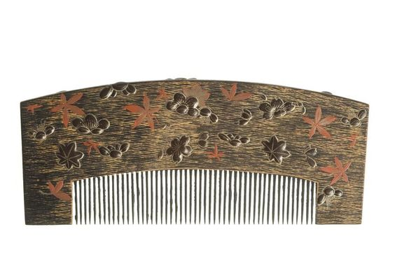 Edo period lacquered wood comb with gold and black canvas, raised tortoiseshell hibiscus flowers and buds,  and red lacquer Japanese hibiscus leaves. Source: http://opac.lesartsdecoratifs.fr/http://opac.lesartsdecoratifs.fr/