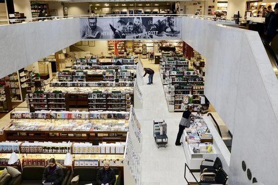 Akateeminen kirjakauppa uudistui heivaamalla vanhat kalusteet ja historiansa. Mahongin tilalle lastulevyä. Mikä on kirjaston ja menneisyyden suhde?