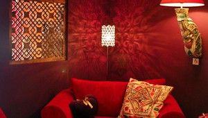 Welkom in de meest bijzondere suite van Hotel Tiel: de Marrakech Suite. Een kamer in Marokkaanse Moorse stijl, welke de Afrikaanse sferen uitademt.   De suite beschikt over een gezellige zitkamer met minibar, koffie en Marokaanse theeservice, strijkgelegenheid een luxe badkamer met bubbelbad en een enorme regendouche. Een groot koninklijk hout gouden bed, telefoon, haardroger, 2 flatscreens en een kluisje. Op de kamer beschikt u over GRATIS WIFI. De kamer beschikt niet over airconditioning.