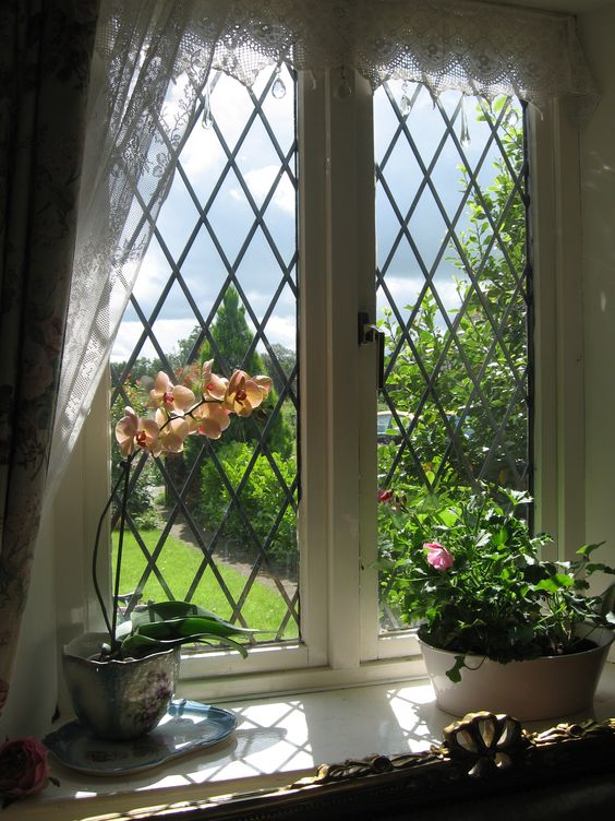 Country Style Windows : English country home these leaded glass windows have