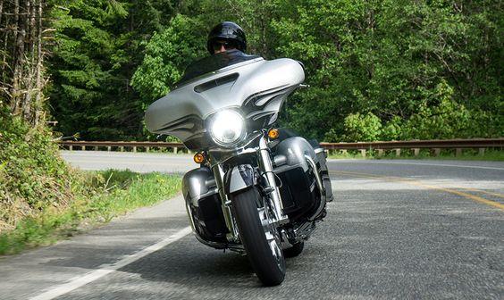 2015 Harley-Davidson® CVO™ CVO™ Street Glide® Motorcycles Photos et Vidéos