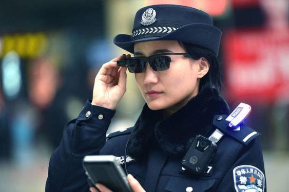 サングラスをかける警察官