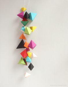 Pyramide falten und aufhängen.