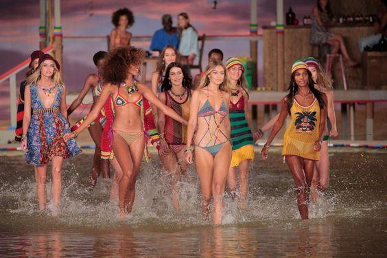 Bem-vindo ao paraíso. Com uma viagem até o Caribe, pelas águas azul turquesa da Jamaica,Tommy Hilfigertrouxe muitas cores alegres, misturas de estampas e texturas em seu desfile. Bem jovem e animado, deixou todo mundo com vontade de invadir a passarela também!