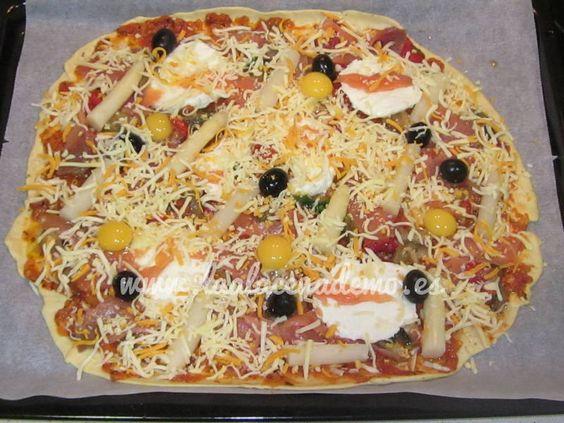 La masa de pizza con thermomix es de las recetas del libro que más impresiona por su rapidez y sencillez a la hora de prepararla. 1 minuto bastará para tenerla amasada y mientras preparas los ingredientes que pondrás encima ya habrá doblado su volumen y estará lista para meter en el horno. Receta de Masa...