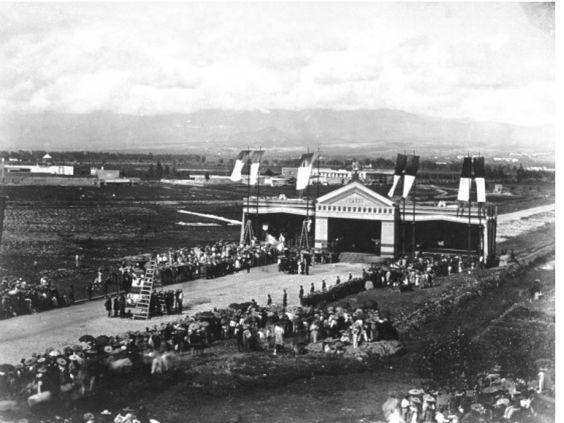 El presidente Benito Juárez entra a la Ciudad de México, después de cuatro años de lucha contra la intervención francesa y el Imperio de Maximiliano. Llega por el rumbo de la garita de Belén y Bucareli.