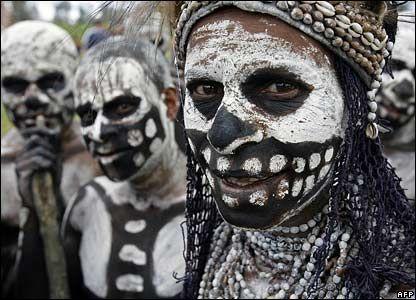 Resultado de imagen para papua new guinea cannibalistic tribes smiling