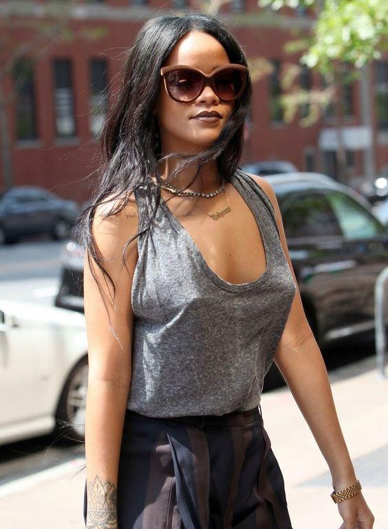 Rihanna super estilosa com seu Italia Independent de Veludo Marrom! Compre o seu: www.oticaswanny.com