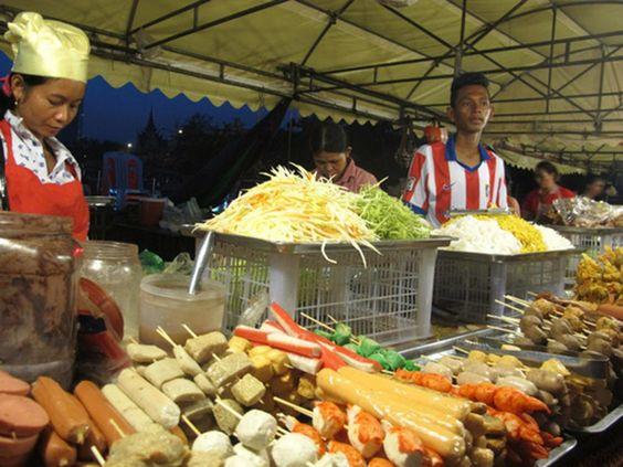 Bạn có thể dễ dàng bắt gặp những nơi bán đu đủ trộn ở khắp Campuchia