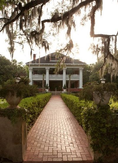 A Southern Plantation House... many old homes like this in lower part of state.