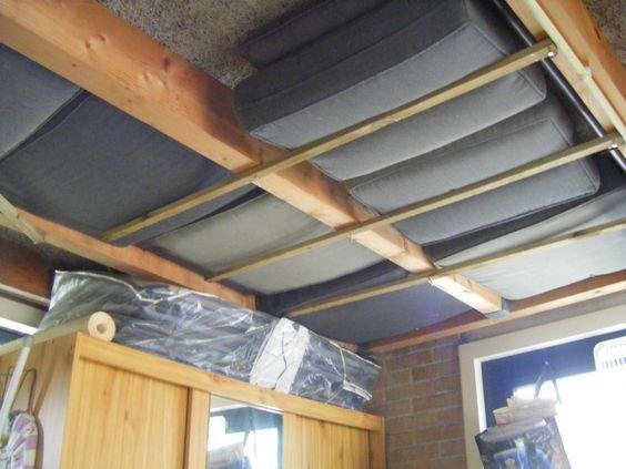 Tuinkussens droog en muisvrij opruimen in de garage tussen de balken  Ga ik ook doen!   4