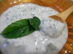 Bonjour, Je vous propose ici la sauce blanche qui se marie à la perfection avec votre kebab ou chawarma Cette sauce légère et goûteuse peut accompagner vos salades ou autres sandwish. Pour cela, vous aurez besoin de : 1 pot de yaourt nature 1 gousse d'ail...