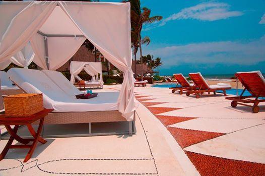 Солнце в зените, спрячьтесь в тени у бассейна!