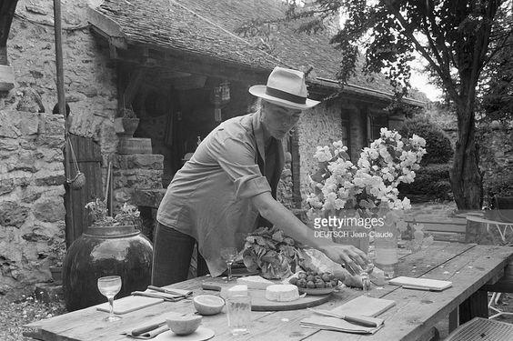 Rendezvous With Margaux Hemingway. En France, le 20 juin 1980, Margaux HEMINGWAY, l'actrice et petite-fille d'Ernest Hemingway, avec un chapeau, dressant la table dans le jardin de la maison de l'écrivain américain Mark Princi, à Fontainebleau. .: