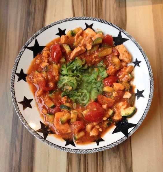 Zucchininudeln mit Lachs in Tomatensoße