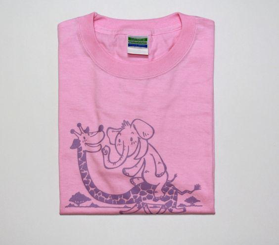 サバンナを駆け抜けるキリンとゾウのイラストのTシャツです。イラストのように、このTシャツを着てその日1日を楽しく過ごしていただけたらイイなと思います。色はピン... ハンドメイド、手作り、手仕事品の通販・販売・購入ならCreema。