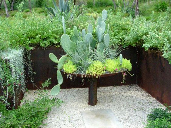 Rustikale Gartengestaltung mit großen Pflanzkübeln aus Cortenstahl