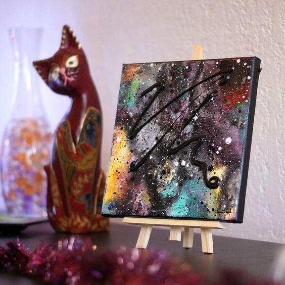 Mini tableau multicoloreet son chevalet de table.Petite peinture abstraite…