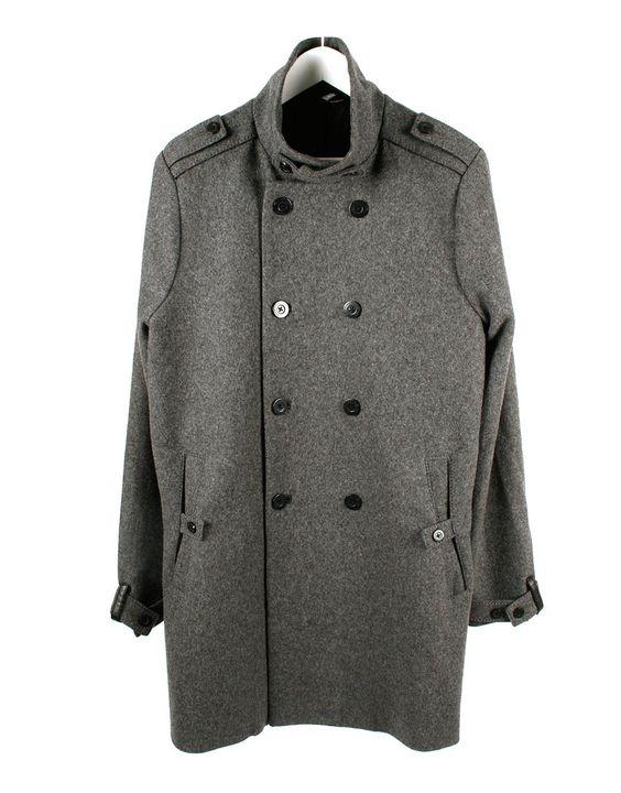 Abrigo gris, tipo 3/4, con doble botonadura.