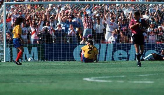 Grausam, wie Fußball Menschen zum Hass anstacheln kann. Denn der Spieler mit der Nummer 2, Andres Escobar, aus dem Team von Kolumbien verursachte 1994 während der Fußball-WM leider ein Eigentor und somit scheidete die Mannschaft vorzeitig aus. Und nur 10 Tage später wurde er von einem Mann in seiner Heimat quasi hingerichtet. Ein Zeichen für Hass, der nicht hätte sein sollen...
