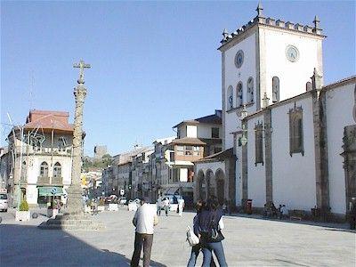 Cidade de Bragança - PRAÇA DA SÉ, belo centro da cidade. Além da dita SÉ, tem um Pelourinho, de 1689! Em frente é a Rua dos Combatentes da Grande Guerra (antiga Rua Direita) e lá ao fundo (lá em cima, melhor dizendo) fica o emblemático Castel