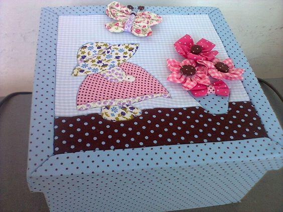 Caixa em mdf revestida em tecido, com a técnica de patchwork embutido e fuxicos R$ 42,00