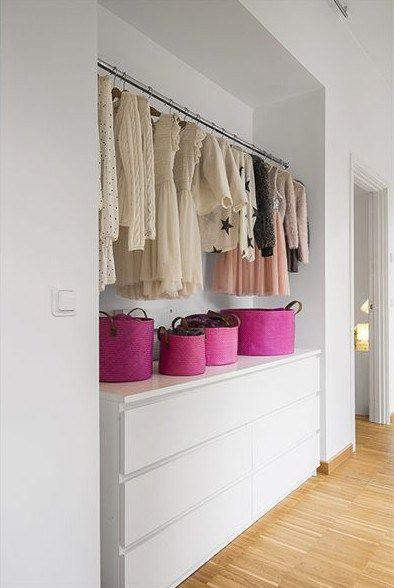Chambre à gauche du garde robe (à gauche du meuble ds appart)