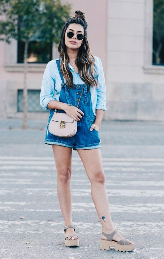 Street style look com jardineira jeans:
