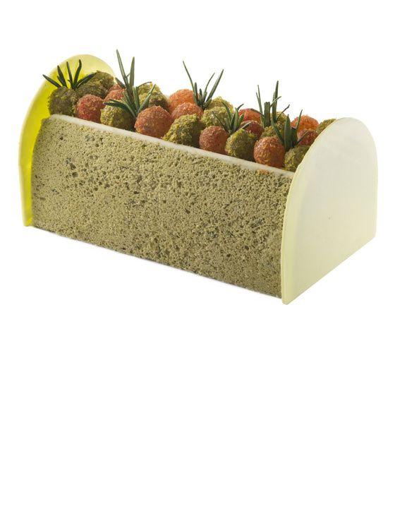 La Happy Garden, de Pain de Sucre provoque la rencontre entre la Provence et l'Orient : biscuit moelleux à la pistache d'Iran, pulpe de mangue et de fruits de la passion et crémeux pistache et romarin.