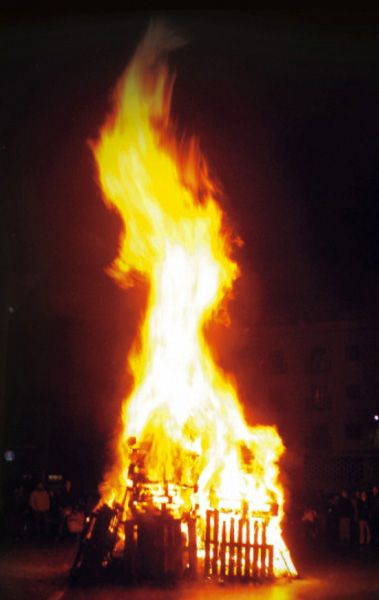 """LAS CANDELAS •   Almendralejo (Badajoz) •   La noche del 1 de febrero la ciudad de Almendralejo se deja conquistar por el fuego que se lleva a los malos espíritus. En ella se queman las """"Pantarujas"""" que son representación del mal. Multitud de muñecos peleles se alzan entre las llamas de cada una de las hogueras o candelas construidas por barrios, familias y grupos. El espectáculo de ver a la ciudad """"ardiendo"""" es digno de ser contemplado. Fiesta de Interés Turístico Regional."""
