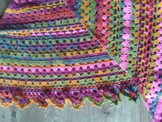 Omslagdoek met Alize batik verloopgaren gehaakt.