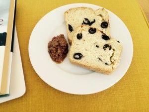 Oliven-Feta-Brot, die perfekte Beilage zu jedem Grillfest. Schmeckt wie der Sommerurlaub und macht gute Laune, besonders an den noch kalten Frühlingstagen. Rezept findet ihr wie immer auf meiner Website.