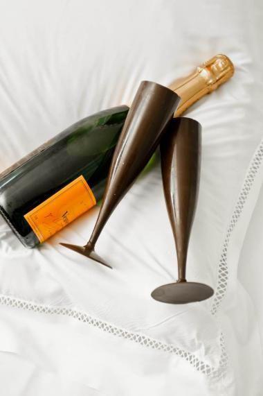 Chocolade champagneglazen http://njam.tv/recepten/chocolade-champagneglazen
