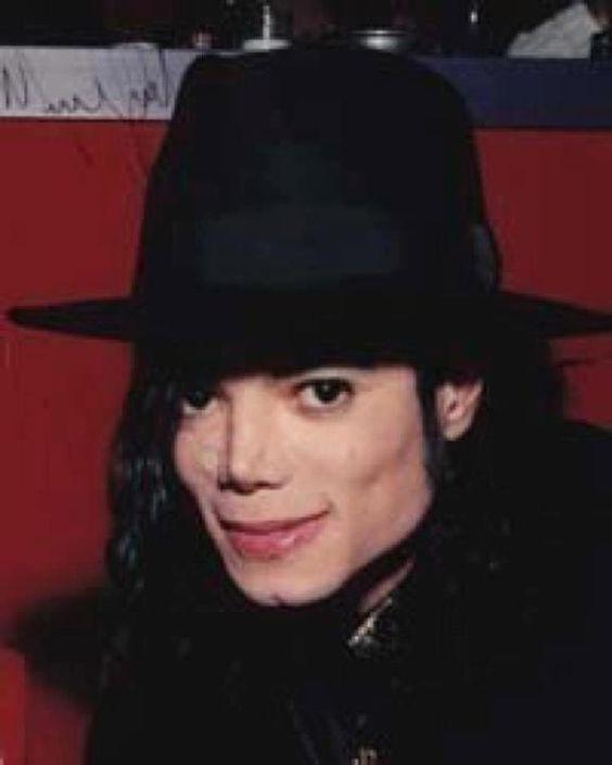 帽子をかぶっているマイケルジャクソン