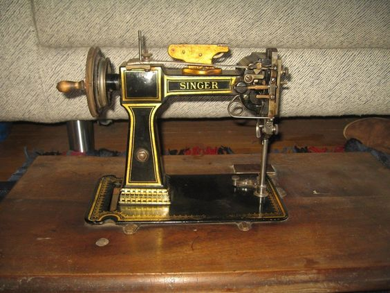 Incredible antique singer sewing machine n hmaschine for Machine a coudre singer