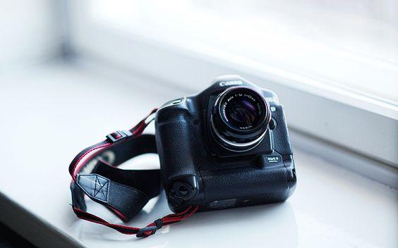 Saiba se vale ou não a pena fazer comprar em sites do exterior. http://conexaofotografica.com.br/
