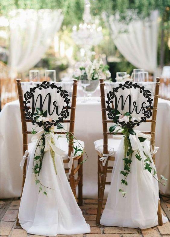Signes de mariage chaise signes décoration de Mr et Mme chaise signes ensemble en bois mariage signe Mr et Mme signe mariée marié signes Chaise signes des lauriers sont la solution parfaite et élégante pour la décoration de votre chaise ou une table de mariage. Ajouter une touche