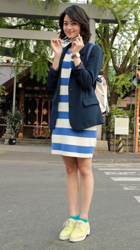 ブルーのボーダーのワンピースを着て鳥居の前に立っている小林涼子の画像