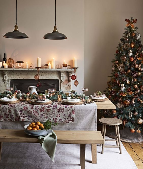 This cosy and rustic Autumn Christmas tree theme bring the essence of the outdoors inside. A table and bench set provides aple space for guests, while candles on the mantlepiece set the mood. Wildlife motifs and embossed patterns add to the warmth of this beautiful theme.