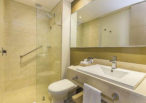 Los baños están planteados con colores claros, piedras naturales y planos sencillos que generan gran confort.
