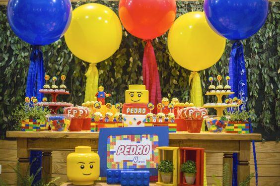 Para enfeitar a parede do fundo da mesa de parabéns de forma fácil, linda e colorida, aposte nos balões gigantes com enfeites! Olha que linda essa mesa de Lego montada com nosso Kit Decoração e doces da Wondercakes. Para comprar os balões com enfeite, clique aqui: http://festeirice.com.br/produtos/baloes/balao-gigantes.html #lego #festalego #balaogigante