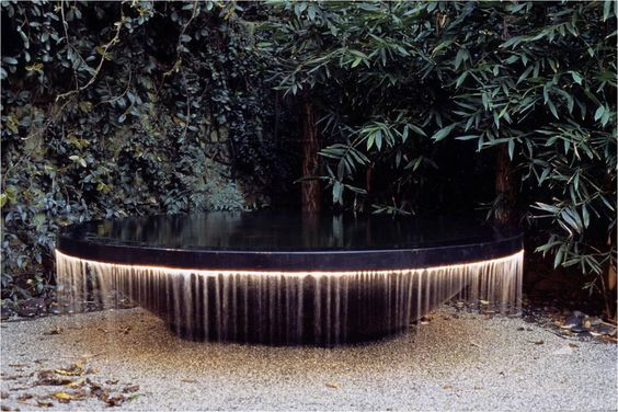 A rather striking water feature beautifully lit.  One wonders what's going on in the rest of the garden - black limestone paving/Ophiopogon planiscarpus 'Nigrescens'/Astelia chathamica 'Silver Spear'? ... the creative juices are flowing!: