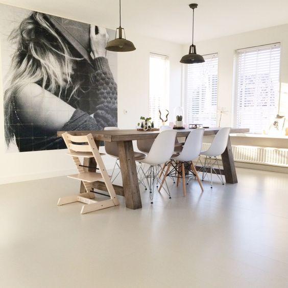 In ons lichte huis is het altijd fijn thuis komen. De basis bestaat uit witte muren, een grijze vloer en houten accessoires. Een Scandinavisch uitstraling is ons doel.