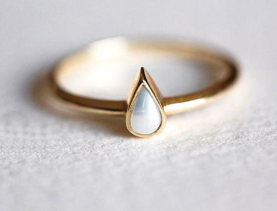 Schöne und einfache birnenförmig Perle Ring.  Dies ist eine Liste für 14 k gelb gold birnenförmig Perle Ring. Dieser Artikel ist handgefertigt. Es ist