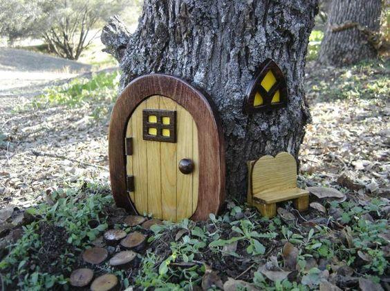 porte, fenêtre et banc de bois dans le jardin - une maison de gnomes ...